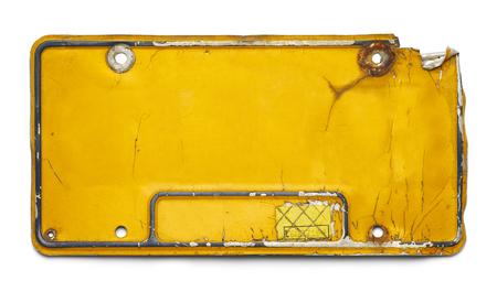 Oude Gele kenteken met kopie ruimte geïsoleerd op een witte achtergrond.