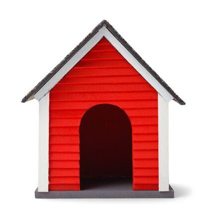 빨간 개 집 앞 흰색 배경에 고립입니다. 스톡 콘텐츠