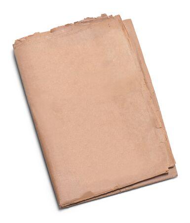 折り畳まれた白い背景に分離されたコピー スペースを持つ古いニュース紙。