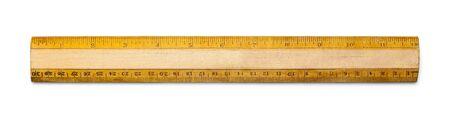 インチとセンチの白い背景に分離された古い学校の定規。