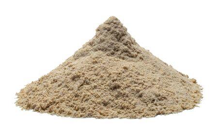 白い背景に分離されたぬれた砂の山。 写真素材