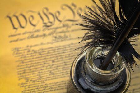 깃털 퀼과 잉크로 된 미국 헌법.