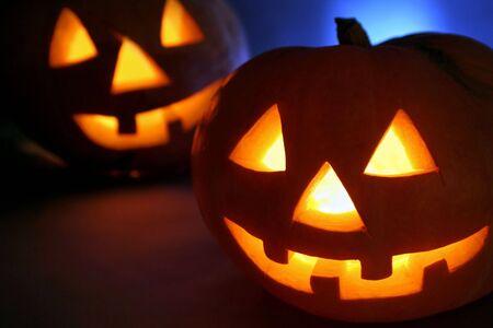 halloween k�rbis: Double Halloween K�rbis Kopf. Cold Gegenlicht, scary l�chelnd, warmes Licht im Kopf. Lizenzfreie Bilder