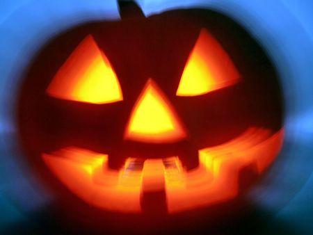 citrouille halloween: Halloween Pumpkin Head. Cold r�tro-�clairage, effrayant sourire, une lumi�re chaude dans la t�te. Banque d'images