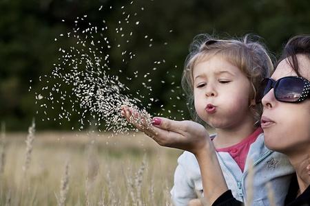 Matka wyjaśnia córka haw jest odtwarzającego traw