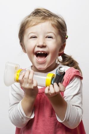 asthma: kleines M�dchen, dass sie schlie�lich in der Lage, Atem ist gl�cklich zu sein