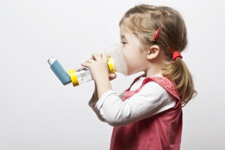 asthma: kleines M�dchen tun Inhlation mit ihrem Inhalator