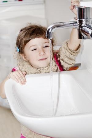 Dziewczynka mycie rÄ…k w obiekt sink Zdjęcie Seryjne