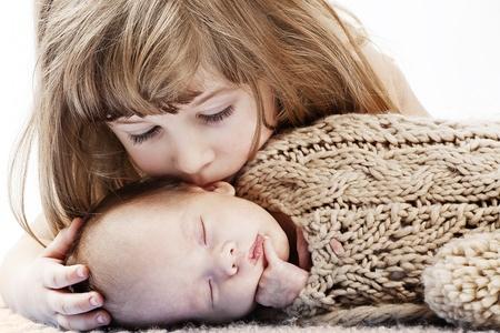 Dziewczynka całuje jej brat baby