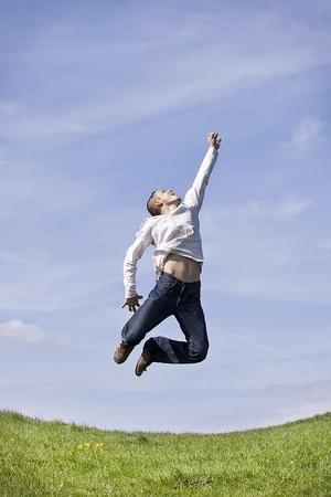 Mężczyzna skoków w górę na tle nieba
