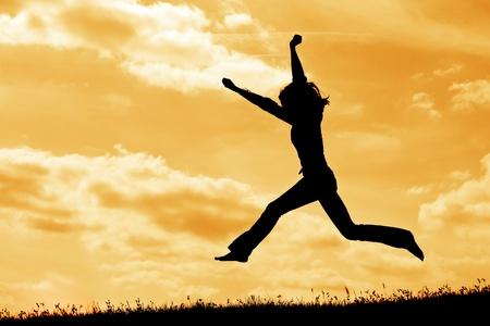 sylwecie skoków kobieta na tle nieba Zdjęcie Seryjne