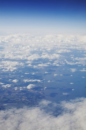 une photo du monde vu d'en haut à travers les nuages