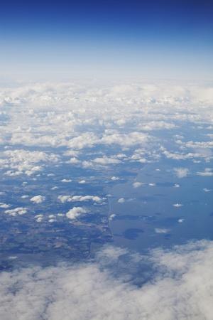 ZdjÄ™cie na Å›wiecie widziane z góry przez chmury Zdjęcie Seryjne