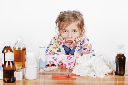 ragazza malata: una bambina malata di molte bottiglie di medicinali