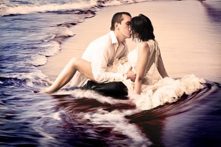 zdjęcie przedstawia nową tradycję zaśmiecać suknię ślubną