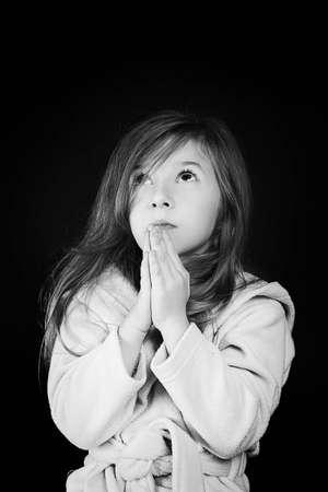 niño orando: niña de enviar su mensaje a Dios Foto de archivo