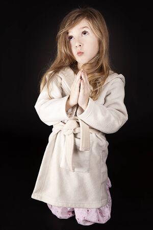 niño orando: niña rubia que envía su mensaje a Dios