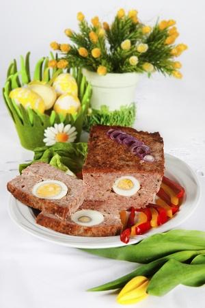 albondigas: tradditional pascua pastel de carne con el huevo en el plato