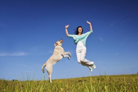 szczęśliwy piękna dziewczyna skacząc razem z psem