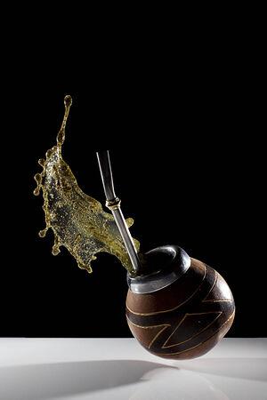 yerba mate: chapoteo de la Yerba Mate muestra una explosi�n de energ�a Foto de archivo