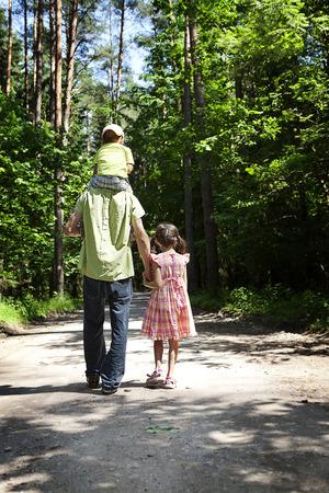 Rodzina po rozwodzie na spacer w lesie Zdjęcie Seryjne
