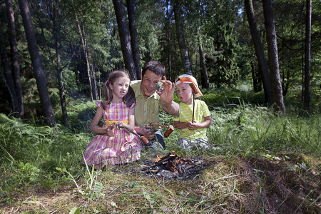 warns: Dad warns children from leaving the glass in the woods because of the forest fire risk