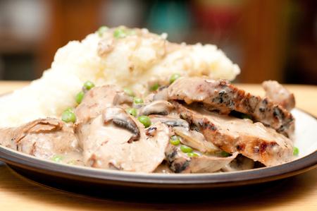 pure de papas: lomo de cerdo con puré de patatas y salsa de hongos