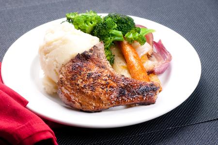 pork rib: grigliate di carne di maiale costola tritarli con pur� di patate e carote arrosto Archivio Fotografico