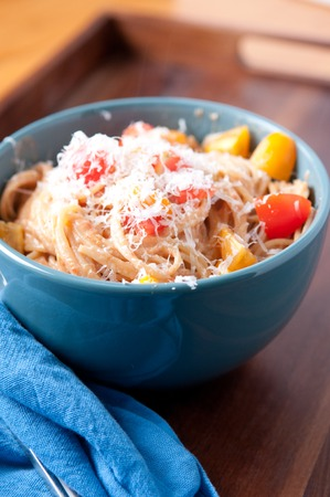 queso rallado: tomate simple pasta vegetariana con queso rallado