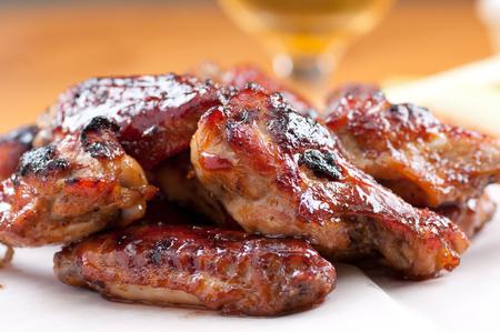 alitas de pollo: alitas de pollo estilo asi�tico con salsa picante y cerveza
