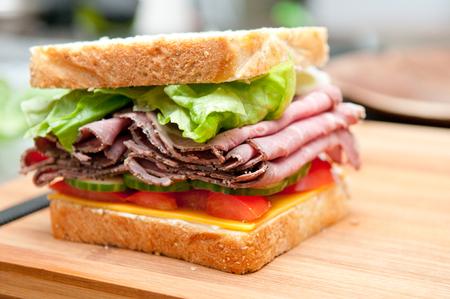 carne de res: sándwich de carne asada con todos los acompañamientos Foto de archivo