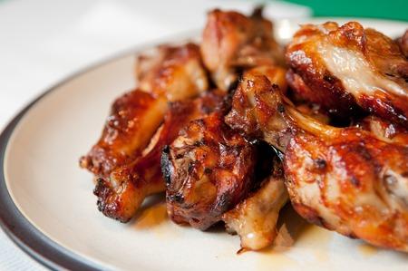 alitas de pollo: alitas de pollo con salsa de barbacoa, parrilla y comida sabrosa dedo Foto de archivo