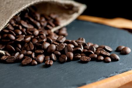cafe colombiano: granos de caf� de Am�rica del Sur tostado oscuro sobre un fondo art�stico pizarra Foto de archivo