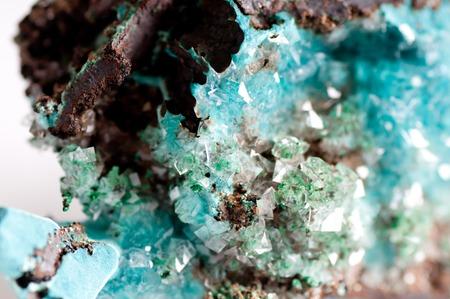 turquesa: vibrante rosasite azul y cristal de calcita muestra de mineral en el granito