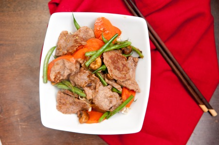 stir fried: stir fried beef with noodles and fresh vegetables Stock Photo