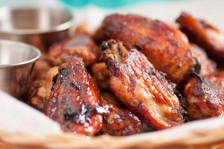chicken roast: alitas de pollo calientes y picantes con la inmersión y la salsa picante Foto de archivo