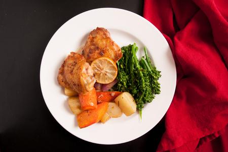 muslos: muslos de pollo crujiente con papas alargadas, zanahorias y vegetales verdes