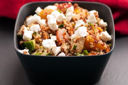 queso cabra: sugar beet, quinoa and goat cheese salad Foto de archivo