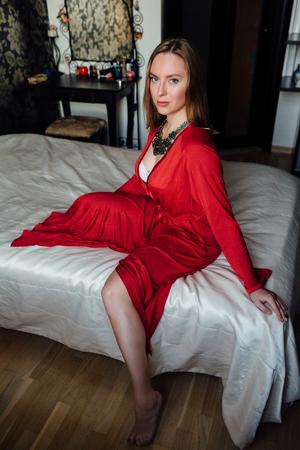 Belle dame sexy en robe rouge élégante. Mode portrait du modèle à l'intérieur.
