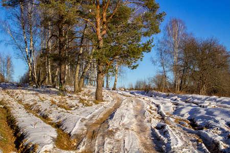 Very poor rural road in the beginning of winter Banque d'images