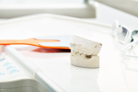 laboratorio dental: Una silla de montar pr�tesis en un laboratorio dental. Pr�tesis. La admisi�n a la consulta del dentista.