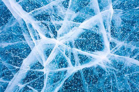Baikalmeer in de winter. En de oppervlaktestructuur van ijs blauw licht. Luchtbellen en scheuren op het ijs.