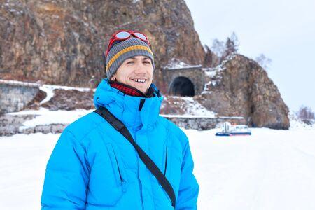 aéroglisseur: un homme dans une veste bleue en hiver au lac Baïkal. Tunnels sur le chemin de fer Circumbaïkalien. Visite de l'hiver Baïkal sur Hivus. aéroglisseur Transport.