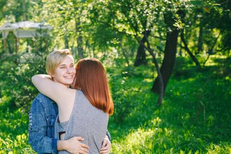Alternative couple hugs and laughs Stockfoto