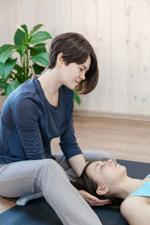 Trainer doing special therapy with physical contact Stockfoto