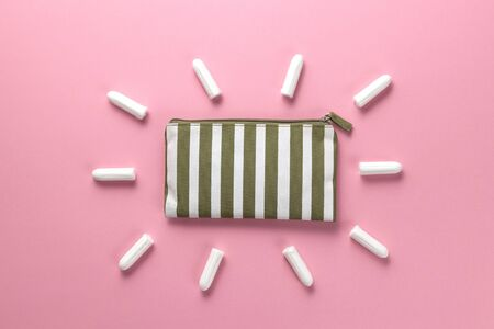 Tampons, feminine sanitary pads on a pink background. Hygienic care on critical days. menstrual cycle. Caring for womens health. Monthly protection. Flat lay, top view, copy space. Standard-Bild - 134039528