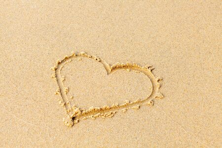Valentines day on a sunny beach. Heart drawn in the sand, concept of love. Relax on the sandy beach. Copy space. Standard-Bild - 134278790
