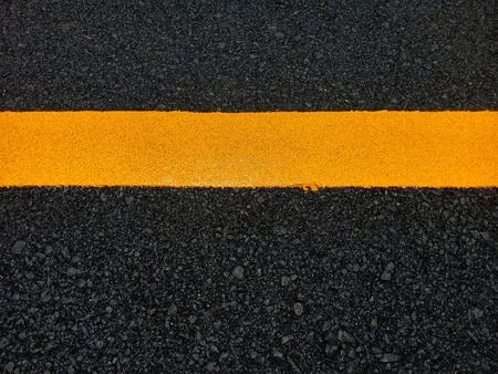 Straßenverkehrsfarbe auf der Asphaltoberfläche Und um die Sicherheit zu gewährleisten Standard-Bild