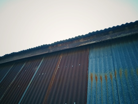 Rusted zinc roof in Thailand 免版税图像
