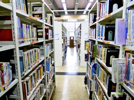 도서관에서 책장에 많은 책 재고 스톡 콘텐츠